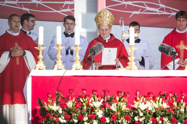 Legát Svätého otca Františka kardinál Angelo Amato (tretí sprava) počas pontifikálnej svätej omše blahorečenia slovenského saleziána kňaza Titusa Zemana.