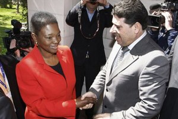 Valerie Amosová so sýrskym ministrom zdravotníctva Waelom al-Halkim.