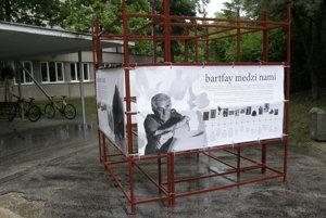 Konštrukcia s informáciami o sochárovi v umeleckej škole.