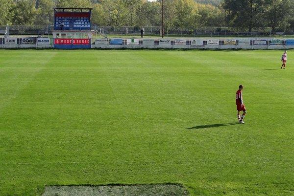 Na hlavnom štadióne ŠKF Sereď sa dnes ráno nemohol hrať zápas staršieho dorastu. Dôvod je naozaj málo vídaný.