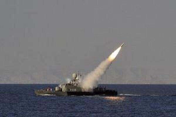 Iránske námorné plavidlo odpaľuje raketu počas cvičenia v Ománskom mori.