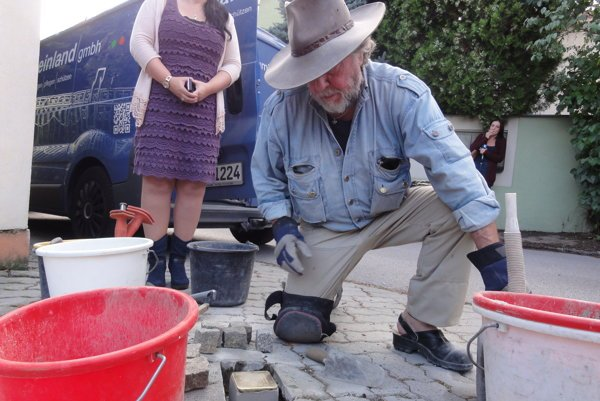 Nemecký umelec ukladá v Nitre prvý kameň na zakopnutie.