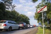 Prekonať sedemnásť kilometrov z Ivanky do centra Bratislavy je ráno úmorná cesta.