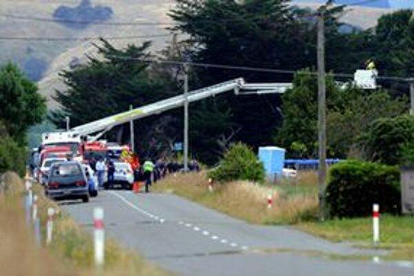 Hasiči a polícia pri poškodenom elektrickom vedení.