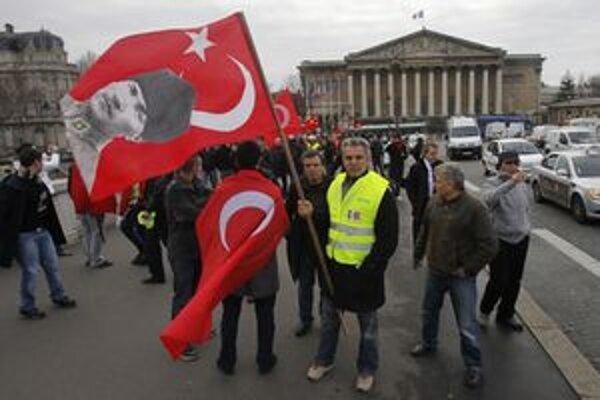Turecká komunita protestovala aj priamo v Paríži.