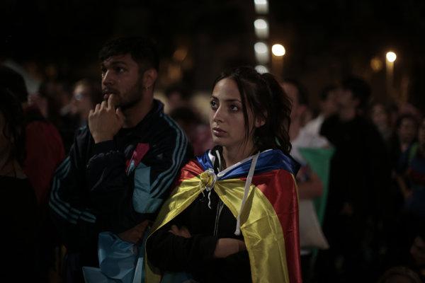 Katalánci hlasovali za nezávislosť, teraz čakajú, či ju aj dostanú.