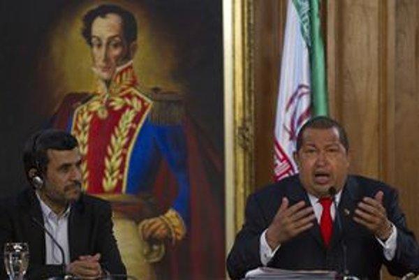 Iránsky prezident Ahmadínedžád (vľavo) je na návšteve Venezuely. Európske embargo ho zatiaľ netrápi.