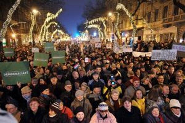 Nová ústava dostala tisícky Maďarov do ulíc už na druhý deň jej platnosti.