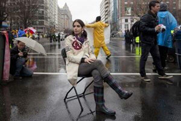 Demonštrantka sedí na ulici počas demonštrácie Occupy D.C. vo Washingtone.