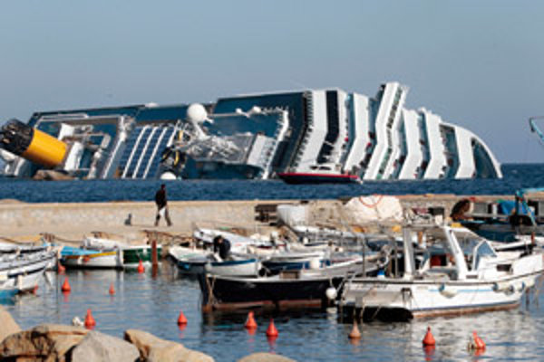 Prevrátená loď Costa Concordia.