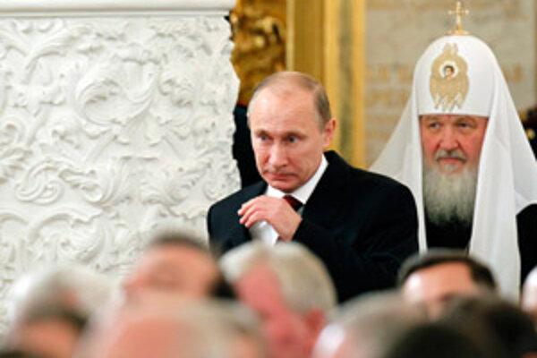 Patriarcha Kirill na spoločnom zábere s premiérom Putinom.