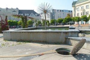 Fontány napoja na studňu, ktorá je v hornej časti námestia.