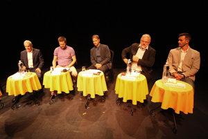 Pred voľbami do VÚC diskutujú kandidáti na banskobystrického župana Ján Lunter (vľavo), Stanislav Mičev (druhý sprava) a Martin Juhaniak (vpravo). Diskusiu moderujú Jakub Filo (druhý zľava) a Michal Piško.