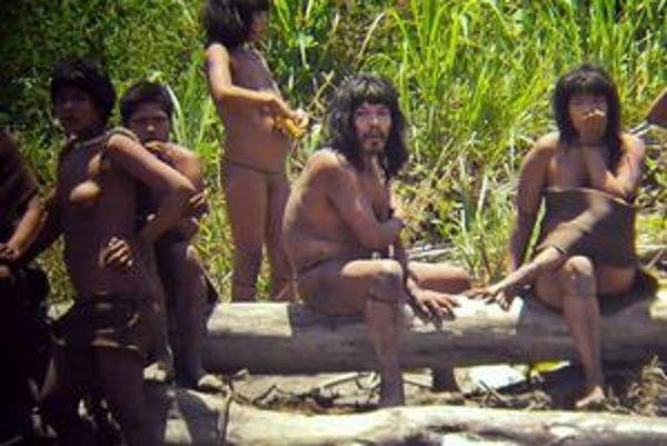 Domorodci sa nechali odfotiť.