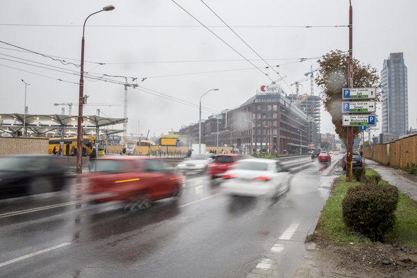 Ulica Mlynské nivy: vľavo nová dočasná autobusová stanica na Bottovej, uprostred kancelársky komplex Twin City a vpravo vežiak VÚB.