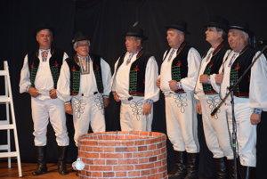 Folklórny súbor Žipovčan pri otváraní festivalu.