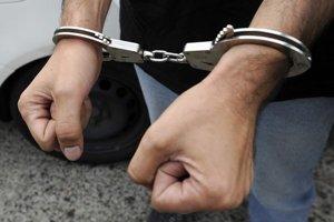 Poverený príslušník PZ obvinil muža z prečinu ohrozenia pod vplyvom návykovej látky. Hrozí mu väzenie.