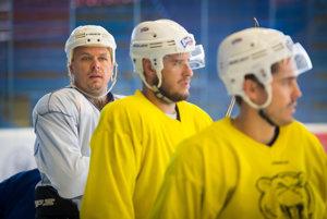 Na snímke vľavo Martin Bartek počas prípravy na ľade tímu HC 07 Detva pred štartom Tipsport ligy 2016/2017.