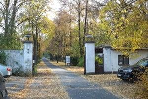 Vstupná brána do bývalých kasární pod Zoborom.