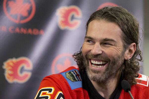 Jaromír Jágr mal pri predstavovaní v Calgary dobrú náladu.