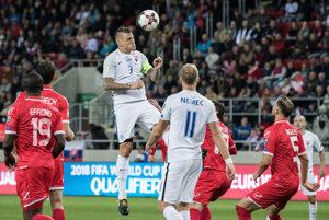 Martin Škrtel (druhý zľava) hlavičkuje loptu v zápase proti Malte.