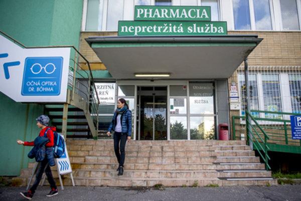 Ak pôjde o život zachraňujúci liek, lekáreň, ktorá bude mať cez víkend a sviatok službu bude môcť požiadať o jeho dodávku do 48 hodín.