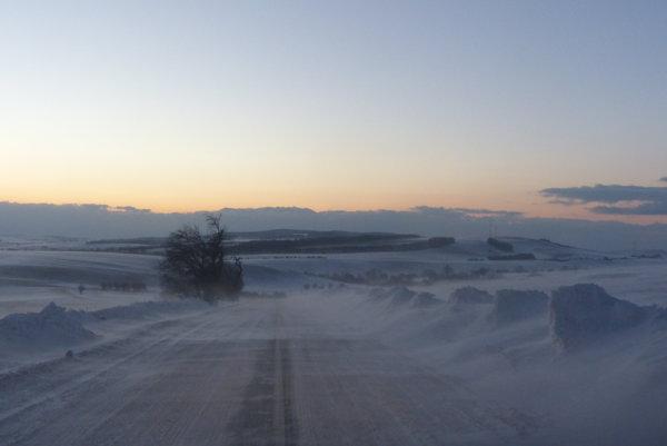 Cesta medzi Sobotišťom a Častkovom v januári.