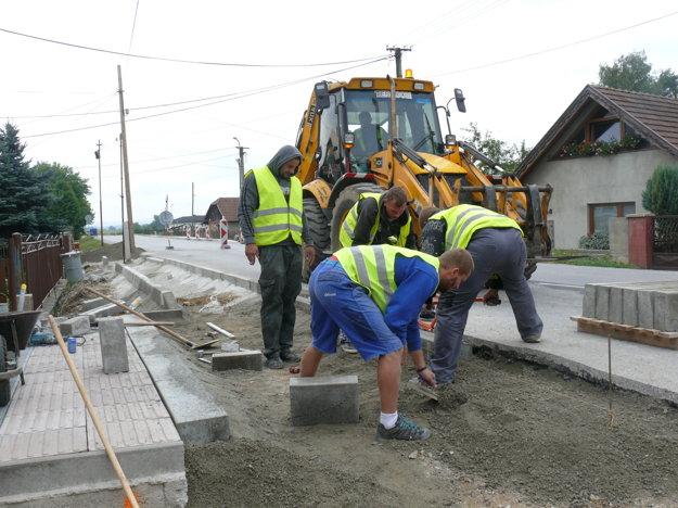 Výstavba chodníka v Jazernici.