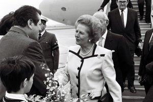 Predseda slovenskej vlády Vladimír Mečiar víta 18. septembra 1990 na letisku v Bratislave britskú premiérku Margaret Thatcherovú.