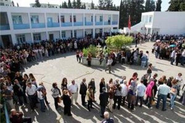 Tunisania čakali na hlasovanie v dlhých radoch.