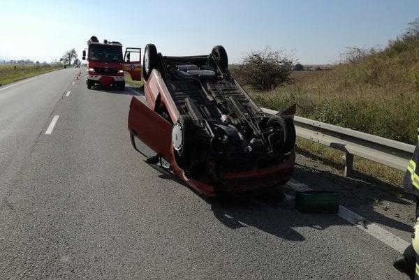 Auto blokovalo časť cesty.