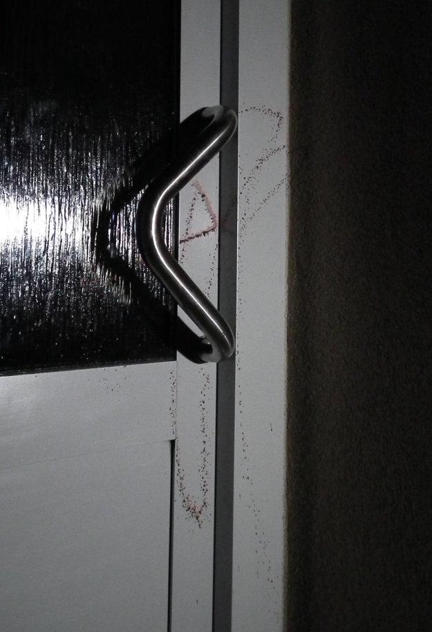 Krv na dverách aj schránkach.