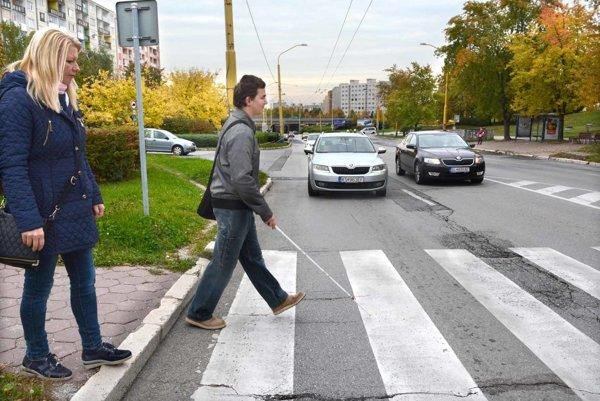 Prechádzanie cez cestu. Neraz zaznelo aj škrípanie bŕzd.