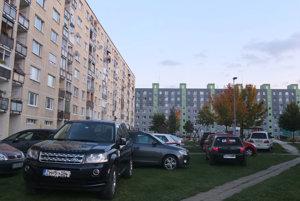 Autá sa z parkovísk na Hviezdoslavovej ulici presunuli medzi paneláky.