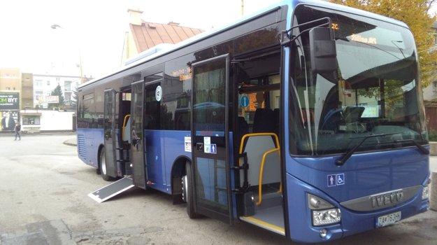 Autobus s plošinou pre imobilných.