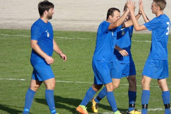 Ivan Šebík (druhý zľava) strelil oba góly Čadce.