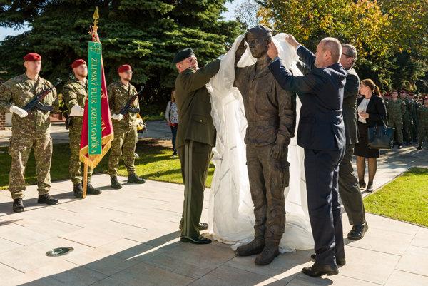 Minister obrany Peter Gajdoš a náčelník GŠ OS SR Milan Maxim počas odhalenia pamätníka zosnulým vojakom v areáli 5. pluku špeciálneho určenia v Žiline.