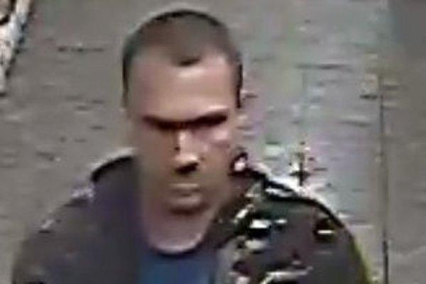 Muž, ktorého zachytila kamera, by mohol pomôcť objasniť krádež.