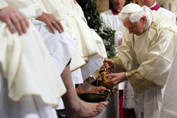 Pápež Benedikt XVI. pri tradičnom rituále umývania nôh na Zelený štvrtok.