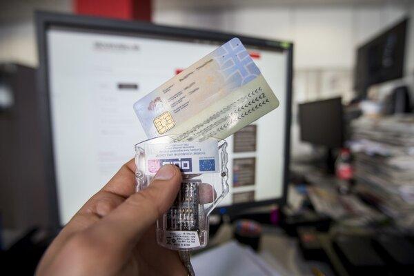 Na Slovensku je vydaných 2,5 milióna občianskych preukazov s čipom, bezprostredne ohrozených je 300-tisíc z nich, kde sú nahraté aj kľúče na digitálne podpisovanie.