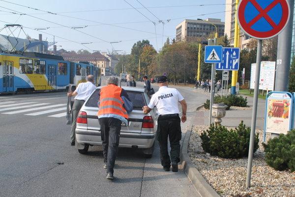 Policajti tlačili auto asi 50 metrov