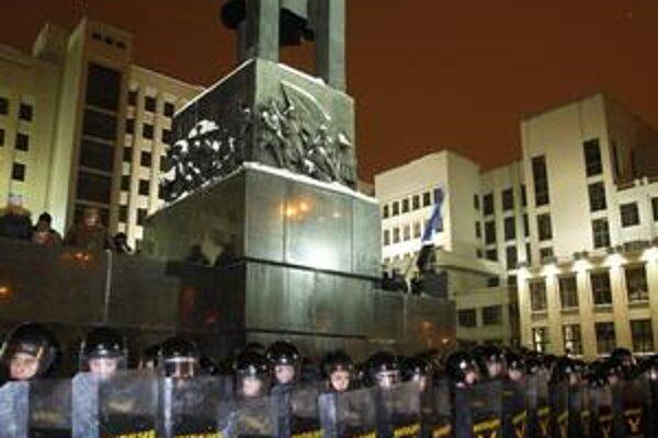 Polícia blokuje prístup do vládnych budov počas protestov proti znovuzvoleniu Lukašenka.