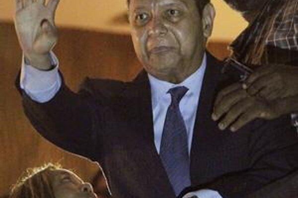 Jean-Claude Duvalier máva svojim priaznivcom z balkóna hotela v Port-au-Prince.