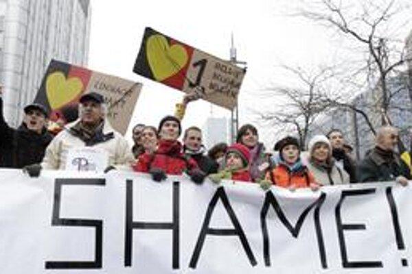 """""""Zastavte politický cirkus"""" či """"Blablabla a teraz konajte"""", písali na transparentoch nespokojní Belgičania. Do ulíc v Bruseli ich vyšlo vyše tridsaťtisíc."""