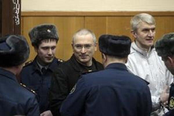 Chodorkovského a Lebedeva odsúdili vlani v decembri na 14 rokov väzenia.