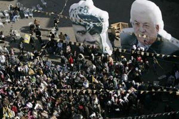 Zverejnené fakty môžu oslabiť podporu Mahmúda Abbása (portrét vpravo).