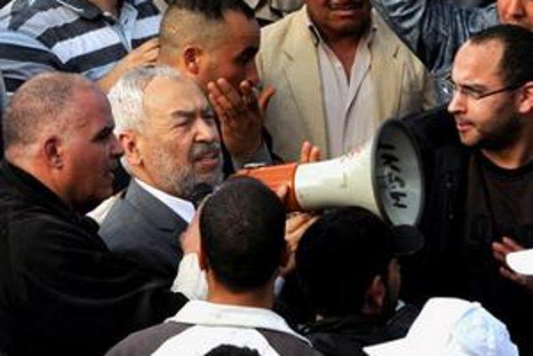 Rášid Ghannúší (v strede) po návrate do Tunisu.