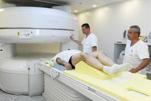 Nemocnica Šaca je pracovisko so špičkovou technológiou. Na snímke rádiologický technik pri vyšetrení platničiek.