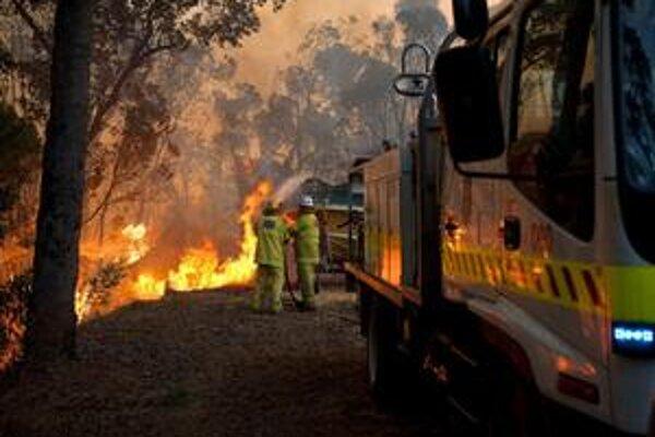 Boj s prírodným živlom si zatiaľ vyžiadal ľahké zranenie jedného hasiča.