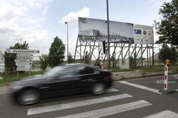 Auto prechádza okolo miesta, kde má stáť nové sídlo NATO.
